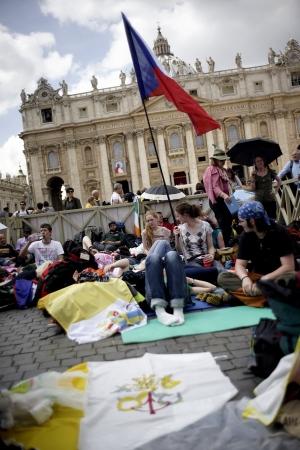 Pilgrims flock to Vatican
