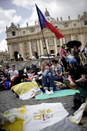 Pilgrims flock to Vatican