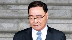 South Korean Prime Minister Chung Hong-won gets into a car to leave the Central Government Complex in Seoul, South Korea, Sunday, April 27, 2014. (AP / Yonhap)