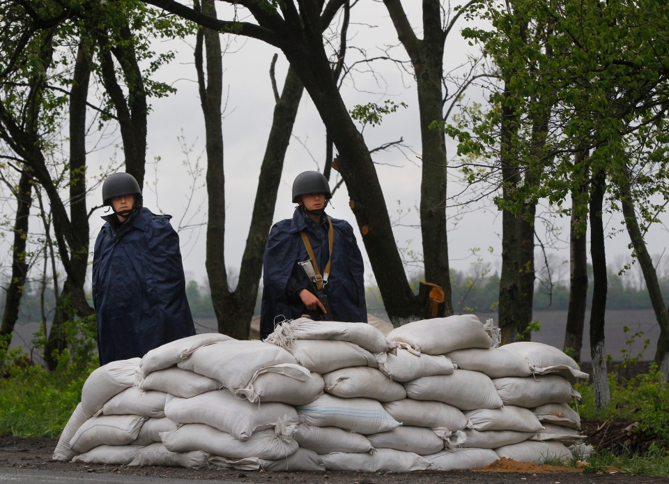 Ukrainian government troops guard a checkpoint near the village of Dolina, 30 kilometeres from Slovyansk, eastern Ukraine, Tuesday, April 29, 2014.  (AP / Sergei Grits)