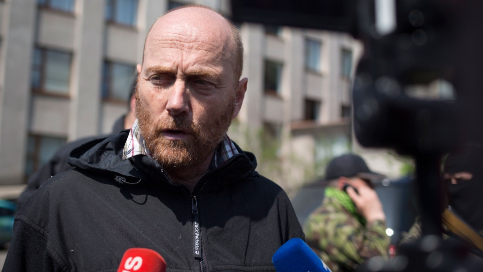 The head of foreign military observers, German Col. Axel Schneider, speaks to the media after he was feed in Slovyansk, eastern Ukraine, Saturday, May 3, 2014. (AP / Alexander Zemlianichenko)