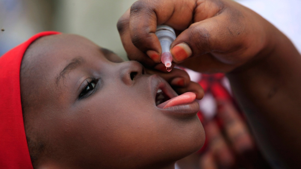 An unidentified health official administers a polio vaccine to a child in Kawo Kano, Nigeria, Sunday, April. 13, 2014. (AP / Sunday Alamba )