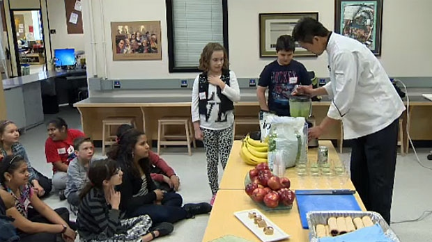 Chef Will Kwong shows the students how to make a smoothie.