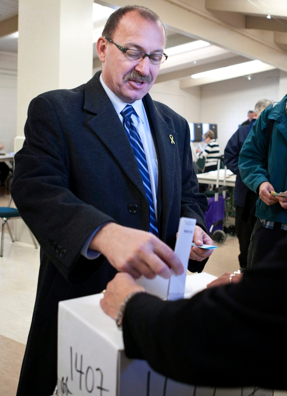 Ric McIver casts his ballot in the City of Calgary municipal election in Calgary, Monday, Oct. 18, 2010. (Jeff McIntosh / THE CANADIAN PRESS)