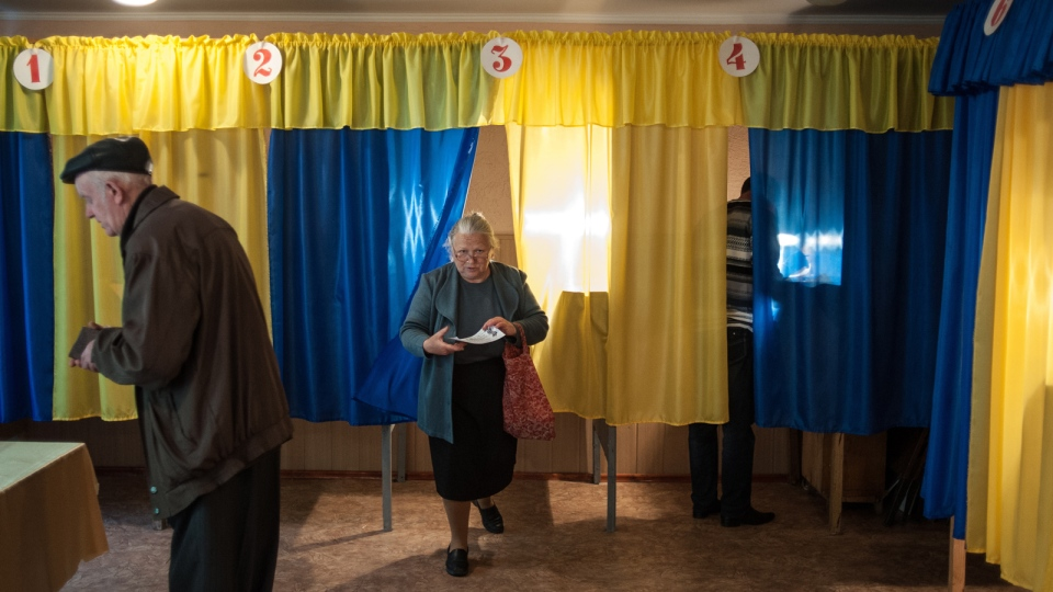 Local residents cast their ballots at a polling station in Luhansk, Ukraine, on Sunday May 11, 2014. (AP / Evgeniy Maloletka)