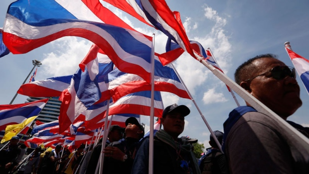 Thai protesters walk to Government House
