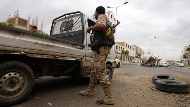 Yemen jet bombs 3 trucks, 8 killed