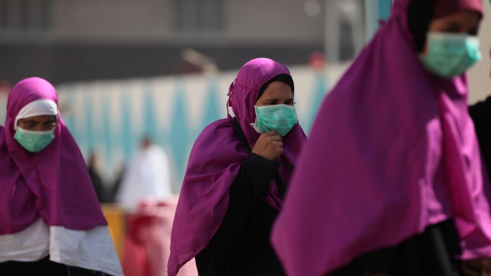 Muslim pilgrims wears surgical masks to help prevent infection from a respiratory virus known as the Middle East Respiratory Syndrome (MERS) in the holy city of Mecca, Saudi Arabia, Tuesday May, 13, 2014. (AP / Hasan Jamali)