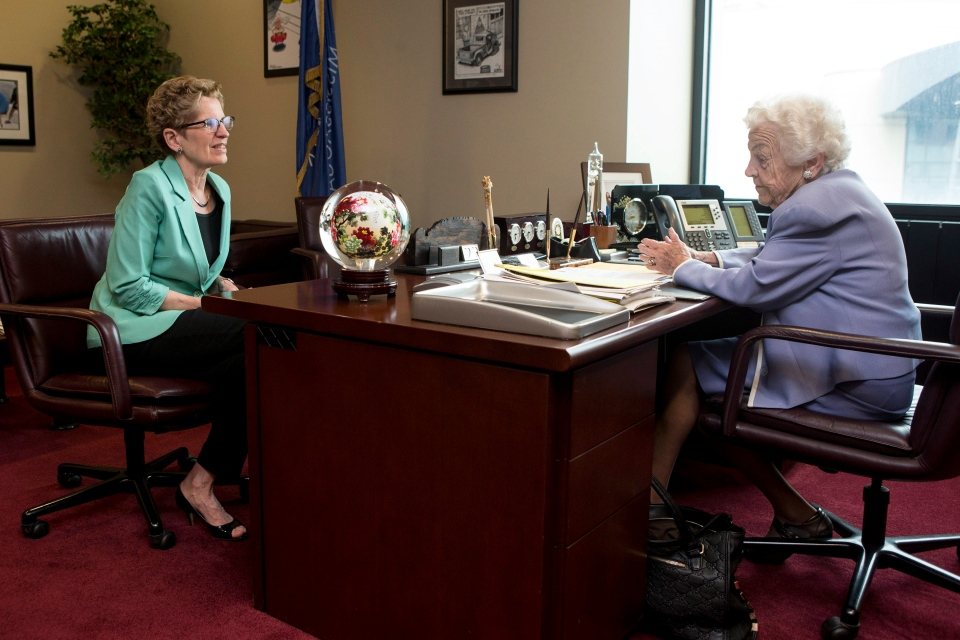 Ontario Premier and Liberal Leader Kathleen Wynne (left) meets Mississauga Mayor Hazel McCallion in Mississauga on Wednesday May 14 , 2014. (Chris Young / THE CANADIAN PRESS)