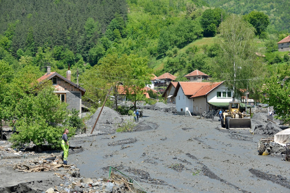 Heavy machinery is used to clean streets in the village of Topcic Polje, that was damaged by a landslide, near the Bosnian town of Zenica, Monday, May 19, 2014. (AP / Sulejman Omerbasic)