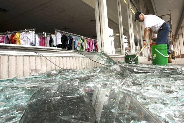 Glass worker Rick Dillon shovels broken glass in Toronto on Monday August 11, 2008. (Frank Gunn / THE CANADIAN PRESS)