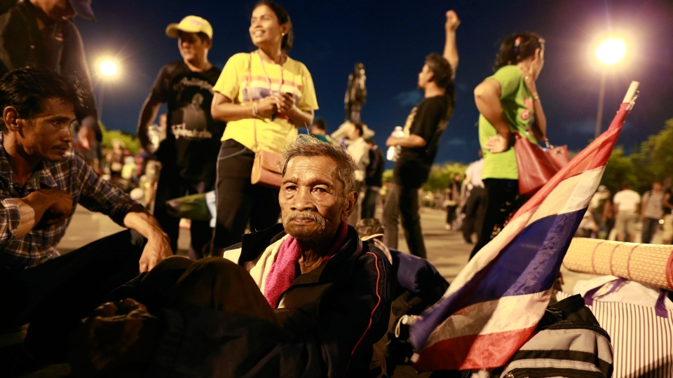 Thai anti-government protesters wait for city bus to transport them to the bus terminal at Royal Plaza in Bangkok, Thailand Thursday, May 22, 2014. (AP / Wason Wanichakorn)