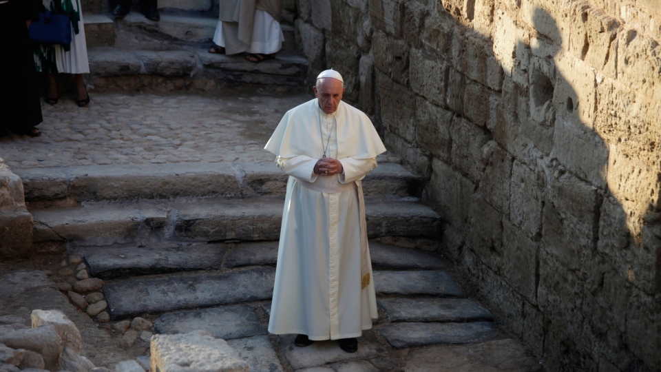 Pope Francis prays at the holy water as he visits the Bethany beyond the Jordan, which many believe is the traditional site of Jesus' baptism, in South Shuna, west of Amman, Jordan, Saturday, May 24, 2014. (AP / Mohammad Hannon)