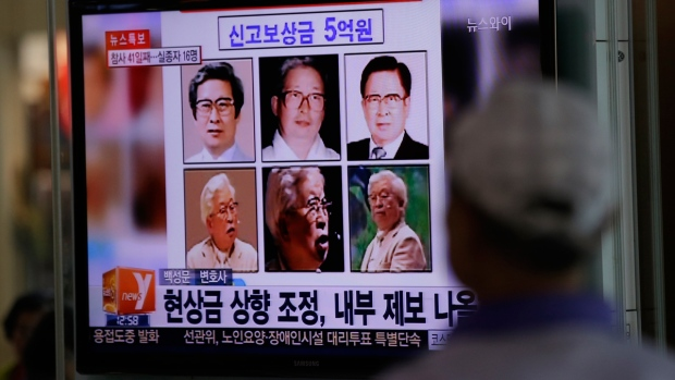 Reward poster for Yoo Byung-eun on TV in Seoul