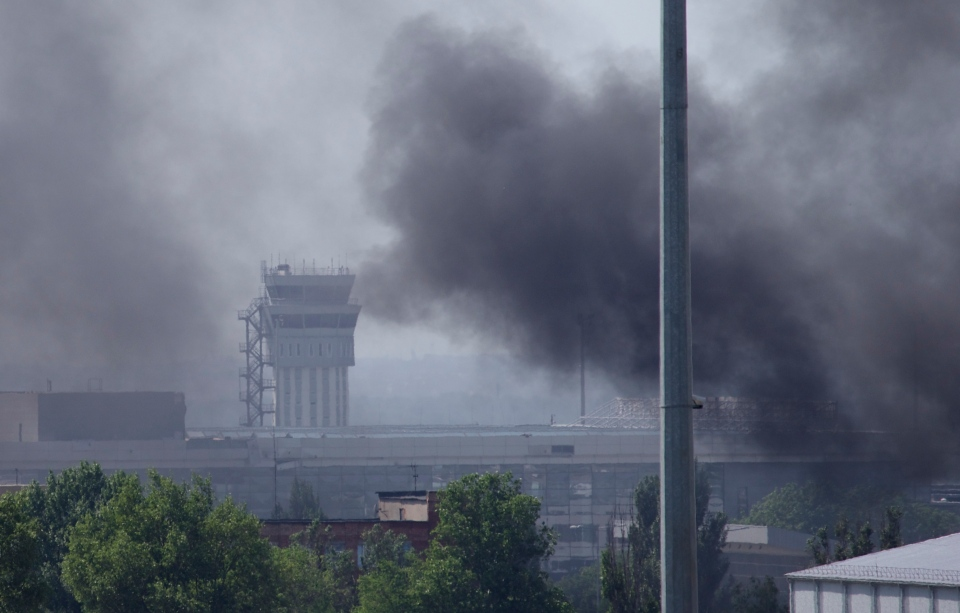 Smoke rises from the airport outside Donetsk, Ukraine, Monday, May 26, 2014. (AP / Ivan Sekretarev)
