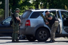 Russian militants arm themselves outside Donetsk