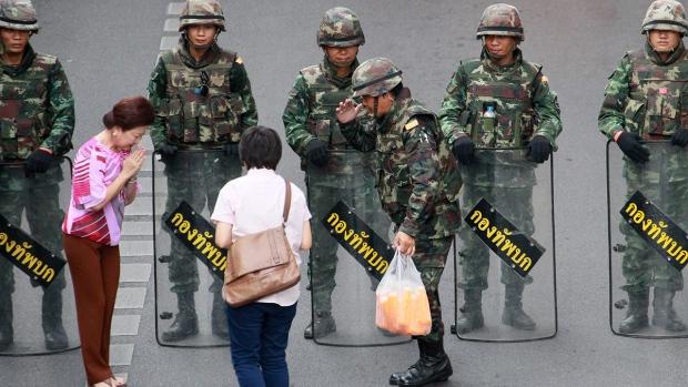 Thai soldiers block protest in Bangkok