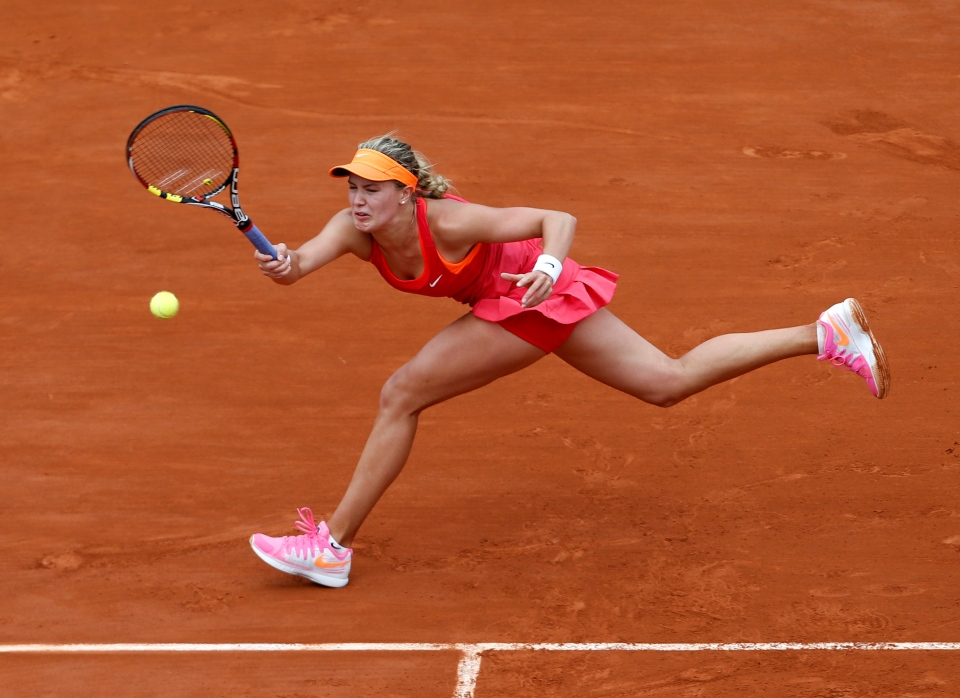 Canada's Eugenie Bouchard returns the ball to Spain's Carla Suarez Navarro during their quarterfinal match of the French Open tennis tournament at the Roland Garros stadium, in Paris, Tuesday, June 3, 2014. (AP / Darko Vojinovic)