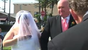 A bride checks her phone during her wedding. (Smyle / LiveLeak)