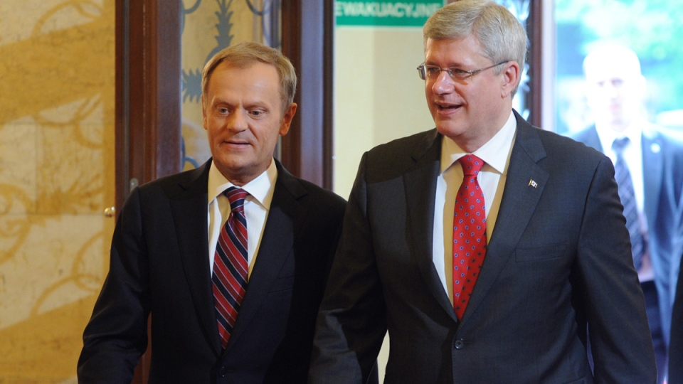 Prime Minister Stephen Harper and his Polish counterpart Donald Tusk walk for their talks in Warsaw, Poland, Wednesday, June 4, 2014. (AP / Alik Keplicz)