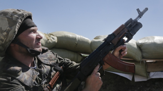 Ukrainian troops clash with pro-Russian fighters