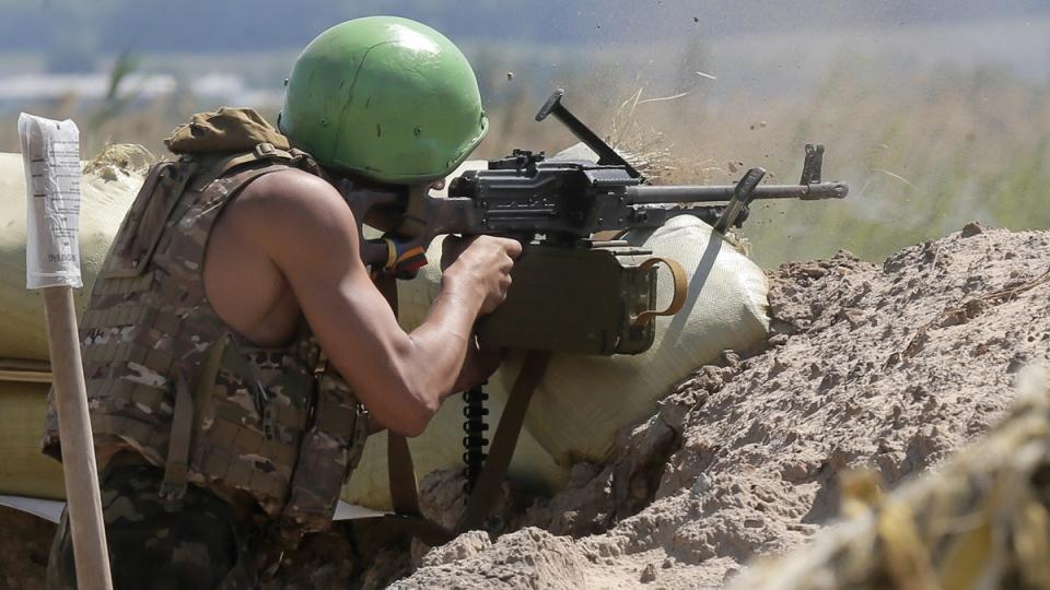 A Ukrainian soldier shoots with a machine gun during a battle with pro-Russian separatist fighters at Slovyansk, Ukraine, Friday, June 6, 2014. (AP / Efrem Lukatsky)