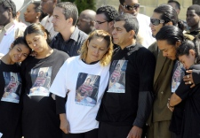 Gilberto and Lilian Villanueva, the parents of Fredy Villanueva (centre) along with other family members are overcome with grief at his funeral in Montreal, Thursday, Aug. 14, 2008. (Graham Hughes / THE CANADIAN PRESS)