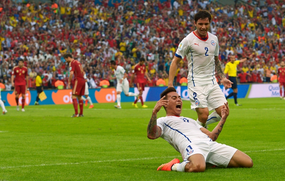 Chile's Eduardo Vargas celebrates after scoring the opening goal during the Group B World Cup soccer match between Spain and Chile at the Maracana Stadium in Rio de Janeiro, Brazil on Wednesday, June 18, 2014. (AP / Manu Fernandez)
