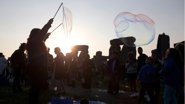 New agers, neo-pagans greet summer solstice at Stonehenge