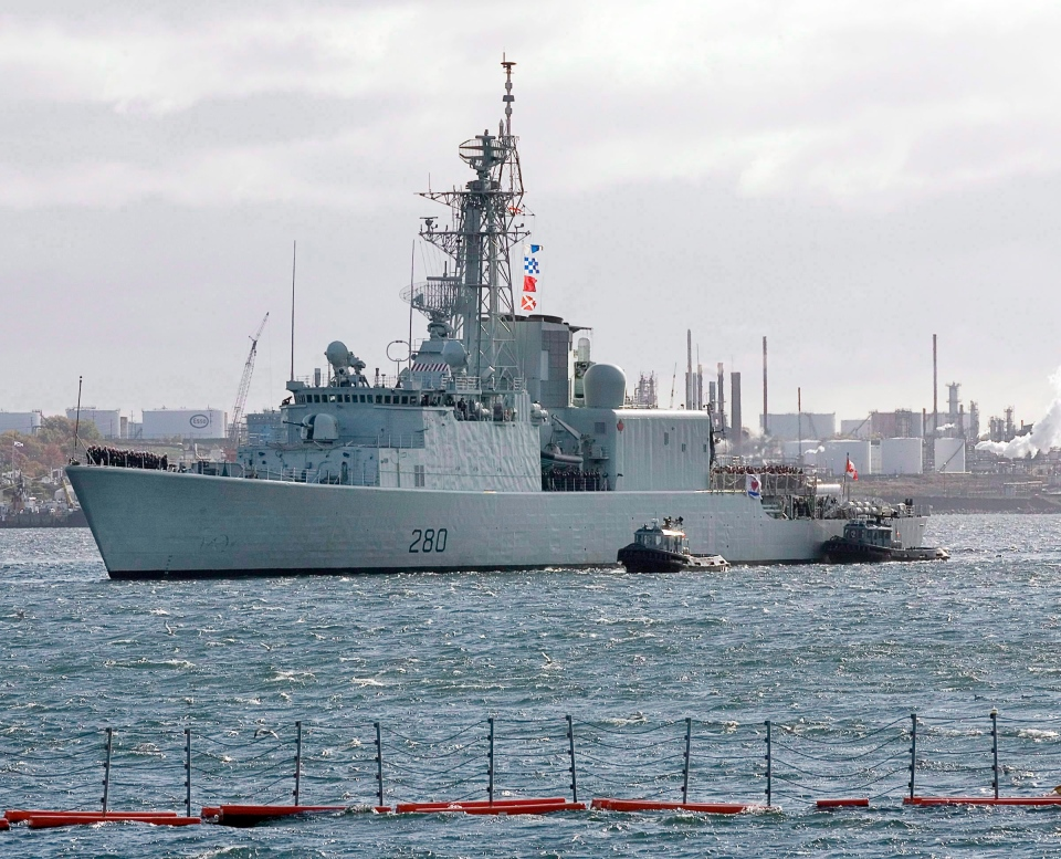 HMCS Iroquois arrives in Halifax on Oct. 23, 2008. (Andrew Vaughan / THE CANADIAN PRESS)