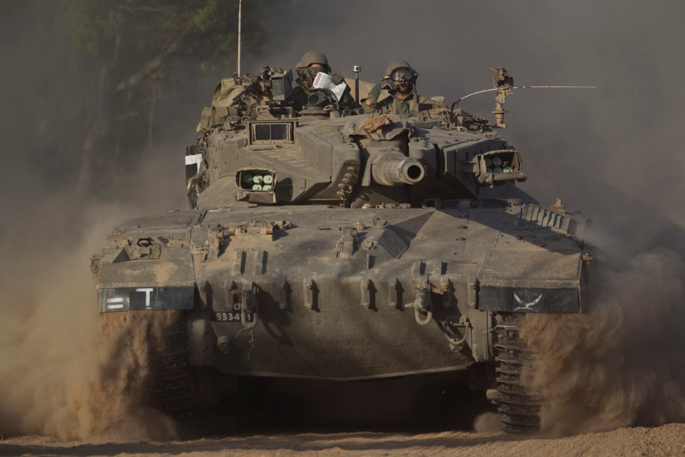 Israeli soldiers drive a tank to a position near Israel Gaza Border, Thursday, July 10, 2014. (AP / Ariel Schalit)