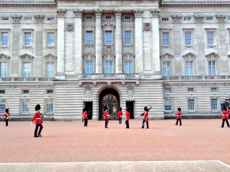 Members of the Royal 22e Regiment, known as the Van Doos, Mount the Guard at Buckingham Palace on Monday, July 14, 2014. (Twitter / High Commission of Canada in the United Kingdom)