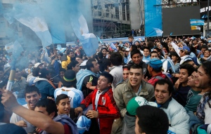 Soccer fans cheer as they gather at the obelisk to welcome home Argentina's soccer team, in Buenos Aires, Argentina, Monday, July 14, 2014. (AP / Jorge Saenz)