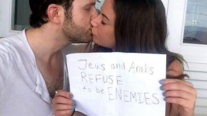 Photo of woman kissing her Jewish boyfriend goes viral