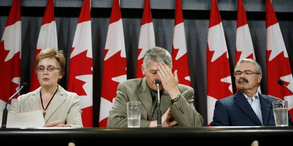 Minister of Agriculture Gerry Ritz, right, looks towards Garfield Balsom, centre, and Linda Leblanc of the Canadian Food Inspection in Ottawa on Saturday, Aug 23, 2008. (Sean Kilpatrick / THE CANADIAN PRESS)
