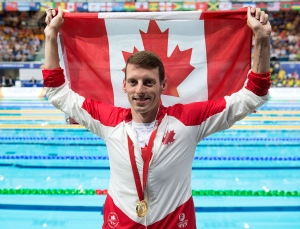 Canada's Ryan Cochrane displays his medal after winning gold in the men's 400 metre freestyle event in Commonwealth Games action at Tollcross Swimming Centre in Glasgow, Scotland on Thursday, July 24, 2014. (Andrew Vaughan / THE CANADIAN PRESS)