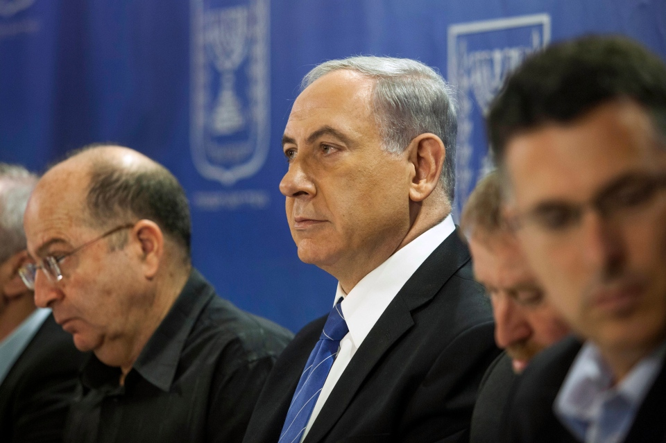 Israeli Defense Minister, Moshe Ya'alon, left, and Israeli Prime Minister Benjamin Netanyahu, centre, attend the cabinet meeting at the defense ministry in Tel Aviv, Israel, Thursday, July 31, 2014. (AP / Dan Balilty)