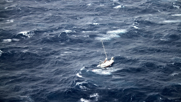 Sailboat passengers rescue off Hawaii