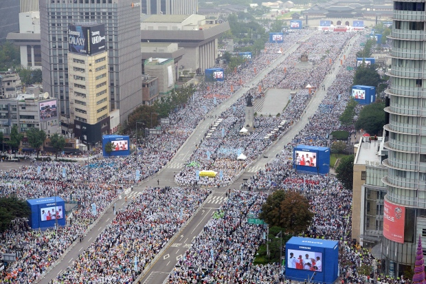 Hundreds of thousands at pope's mass in S.Korea