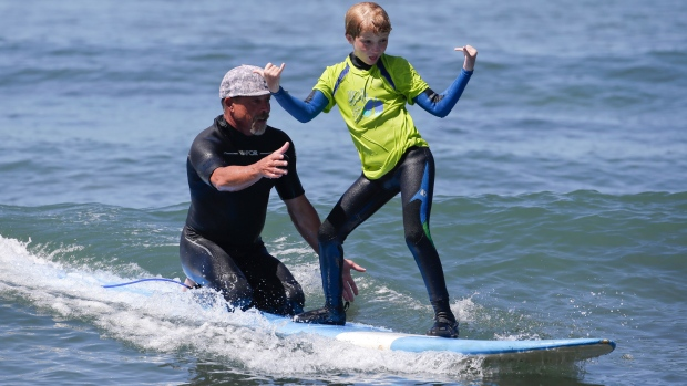 Cystic fibrosis patients try surfing as therapy