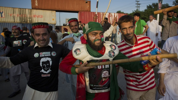 Protesters march on Pakistan's parliament
