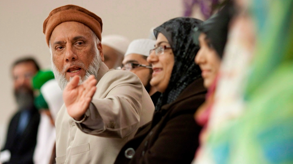 Professor Imam Syed B. Soharwardy, left, speaks at the Jamia Riyadhul Jannah place of worship in Mississauga, Ont., on Feb. 4 , 2012. (Chris Young / THE CANADIAN PRESS)