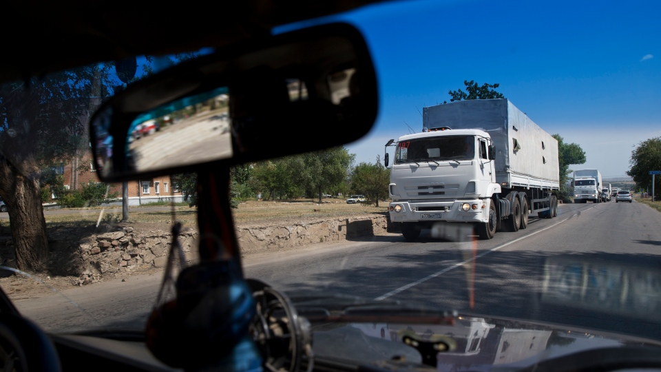 Trucks move towards a border control point with Ukraine in the Russian town of Donetsk, Rostov-on-Don region, Russia, Friday, Aug. 22, 2014. (AP / Pavel Golovkin)