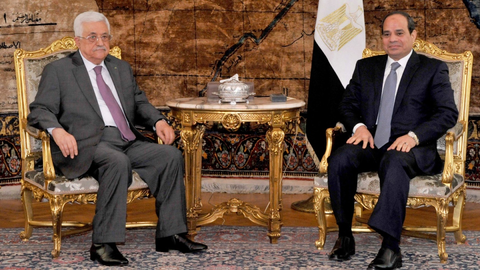 Egyptian President Abdel-Fattah el-Sissi, right, meets with Palestinian President Mahmoud Abbas in Cairo, Egypt, on Aug. 23, 2014. (AP / Ahmed Foad, MENA)