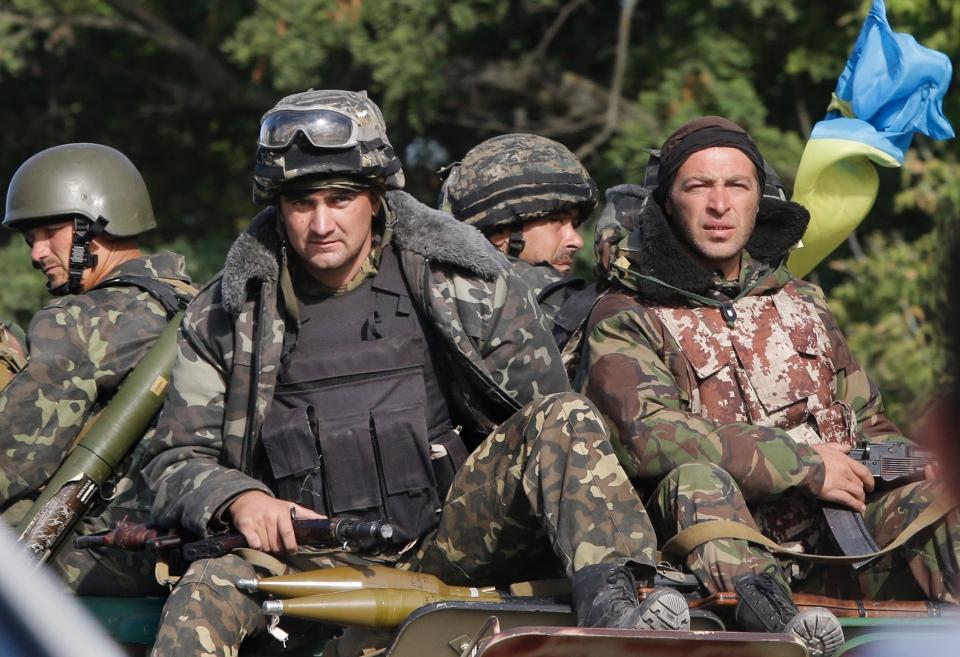 Ukrainian soldiers near the village of Sakhanka, eastern Ukraine, Wednesday, Aug. 27, 2014. (AP / Sergei Grits)