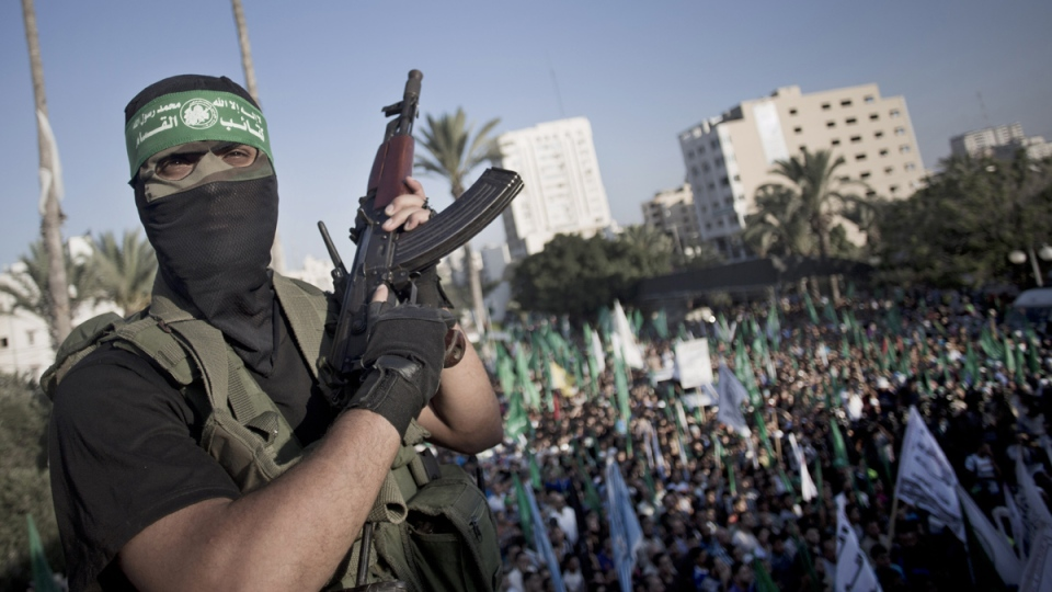 A Palestinian masked Hamas gunmen holds his rifle as he guards during a rally in Gaza City, Wednesday, Aug. 27, 2014. (AP / Khalil Hamra)