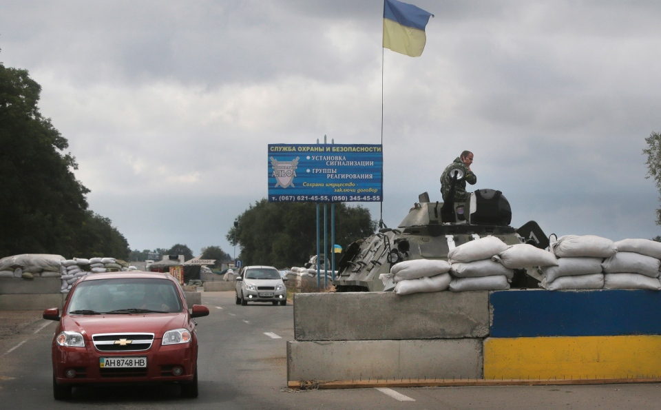 Ukrainian forces guard a checkpoint in the town of Mariupol, eastern Ukraine, Thursday, Aug. 28, 2014. (AP / Sergei Grits)