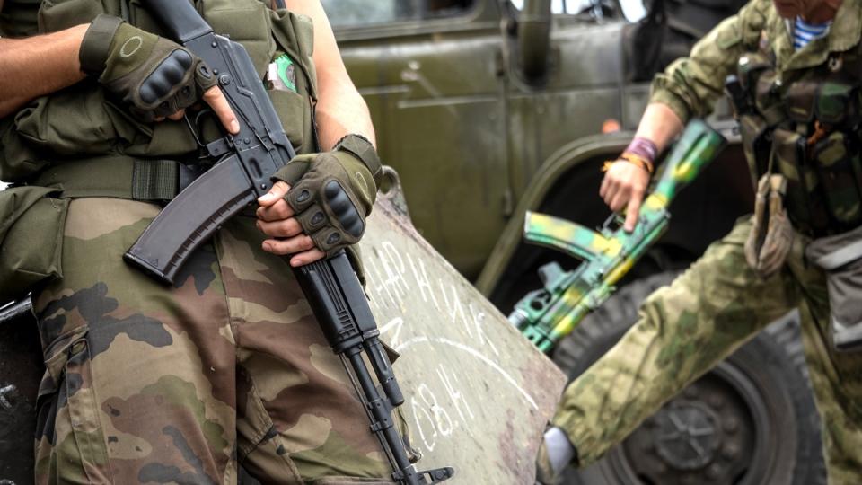 Pro-Russian rebels hold their guns as they patrol the Lenin square in the town of Donetsk, eastern Ukraine, Thursday, Aug. 28, 2014. (AP / Mstislav Chernov)