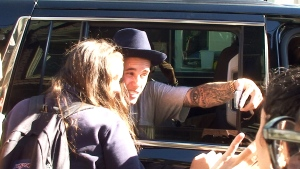 Extended: Bieber takes selfies with fans