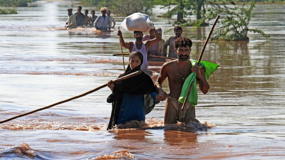 Boat Shelter Flood : Flooding death toll in india pakistan exceeds ctv news